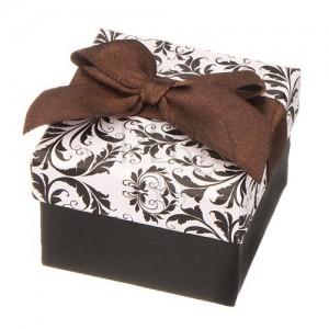 Černo-bílá krabička na šperk s ornamenty a hnědou stuhou