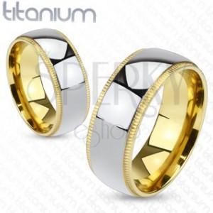 Titanový kroužek stříbrné barvy se zlatavým vroubkovaným okrajem