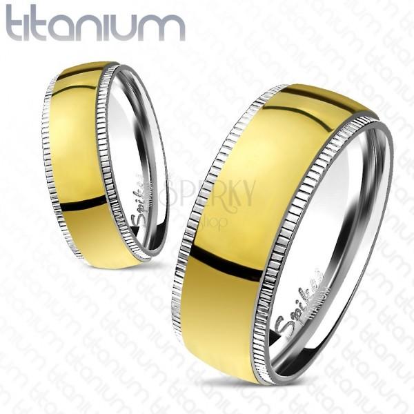 Prstýnek z titanu - široký zlatý střed s vroubkovanými okraji