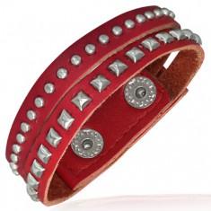 Červený kovaný náramek z kůže - polokoule a pyramidky AA2.25