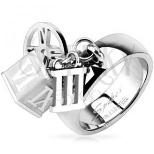 Ocelový prsten s přívěskem kostky, obruče, římské číslice tři