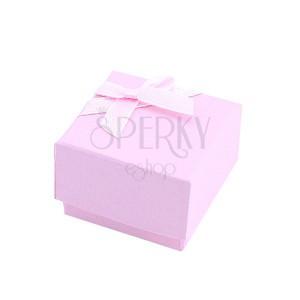 Matná růžová krabička na prsten převázaná stuhou