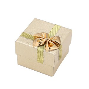 Zlatá dárková krabička na prsten - vzorovaný povrch, mašle, stuha