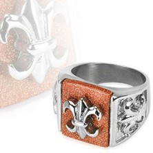 Ocelový prsten s babylonským znakem na třpytivém podkladu