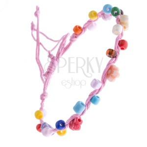 Světle růžový šňůrkový náramek s barevnými korálky a kvítky