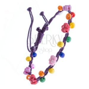 Náramek z pletených šňůrek - fialový s kvítky, korálky
