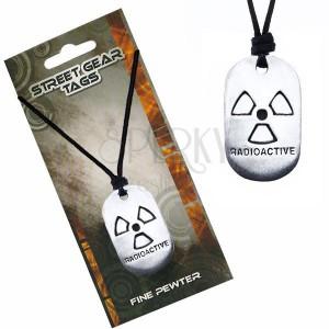 Černý šňůrkový náhrdelník, známka se symbolem radioaktivity