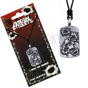 Černý náhrdelník s přívěskem, obrysy děr po kulkách na tabuli