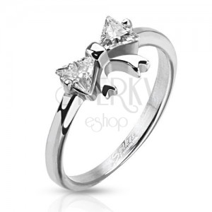 Ocelový prsten s mašličkou a dvěma čirými zirkony