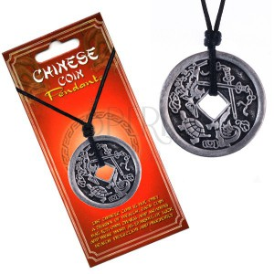 Šňůrkový náhrdelník, patinovaná čínská mince, želva a meče