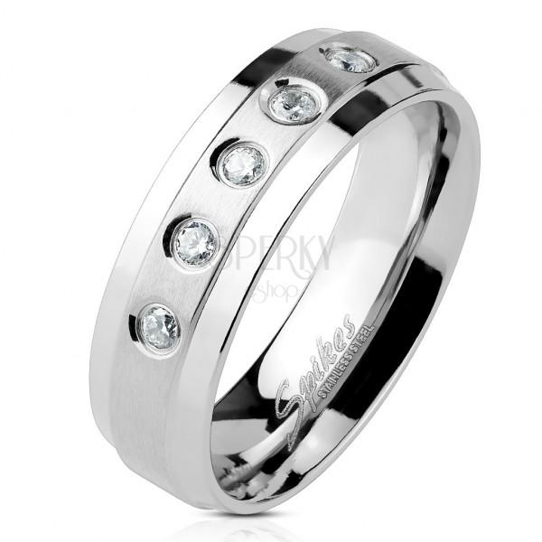 Prsten z chirurgické oceli 5 čirých zirkonů na matném pruhu s lesklými okraji