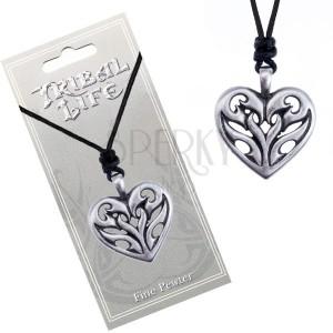 Náhrdelník - černá šňůrka a kovové srdce s vyřezávanými plameny