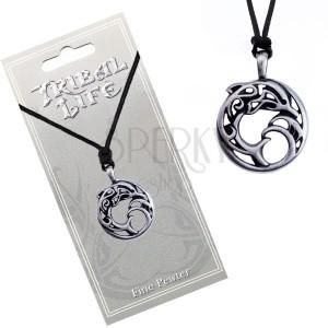 Náhrdelník - kovový kruh s ornamenty, delfín ve vlnách, šňůrka
