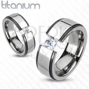 Titanový prstýnek - černo-stříbrný, vyvýšený pruh, zirkon