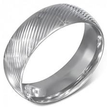 Ocelový prstýnek stříbrné barvy se šikmými zářezy