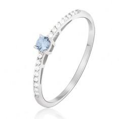 Prsten z bílého 14K zlata - lesklý, drobné čiré zirkony, kámen modrý topas