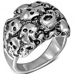 Lesklý stříbrný ocelový prsten - shluk lebek