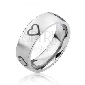 Matný stříbrný ocelový prsten, černé obrysy symetrických srdcí