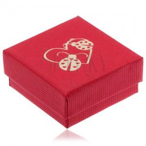 Červená krabička na náušnice, zlatý obrys srdce a dvě berušky