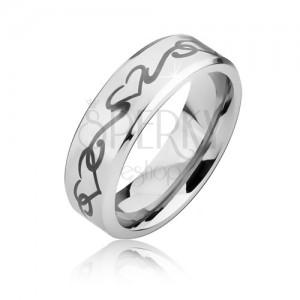 Matný ocelový prsten se zkosenými hranami, obrys srdce a zvlněná linie