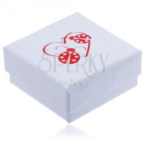 Bílá vroubkovaná krabička na šperk, červený obrys srdce a dvě berušky