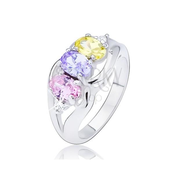 Lesklý prsten stříbrné barvy, tři barevné oválné zirkony mezi vlnkami