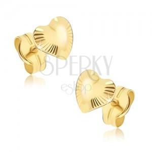 Blyštivé zlaté náušnice 585 - nepravidelná srdíčka, paprskovité rýhování