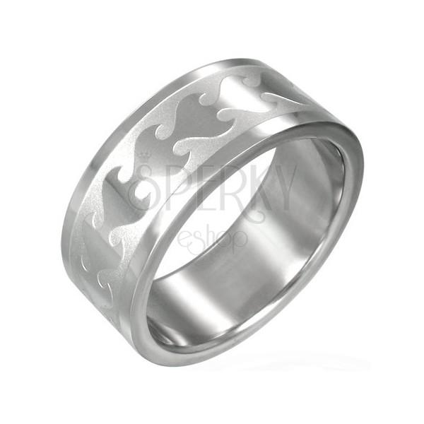 Prsten z chirurgické oceli lesklým plamenem na matném pruhu