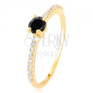Prsten ve žlutém 14K zlatě - vybroušený černý kamínek, malé čiré zirkony