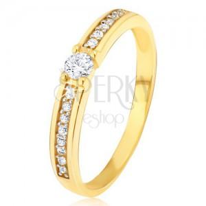 Zlatý prsten 585 - kulatý čirý zirkon ve středu, tenké pásy kamínků po stranách
