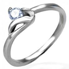 Zásnubní prsten stříbrné barvy, ocel 316L, kulatý čirý zirkon a zvlněné rameno