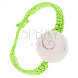 Pletený náramek ze zelených šňůrek, bílá okrouhlá mušlička