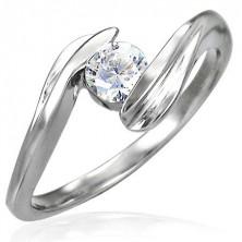 Snubní prsten se zirkonem uchyceným mezi konci prstenu