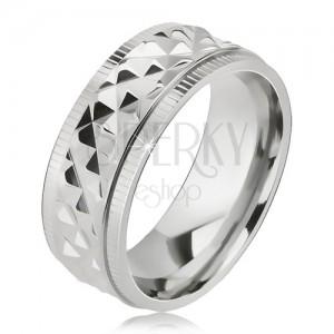 Lesklý ocelový prsten, kosočtvercový vzor, zářezy u okrajů