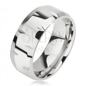 Lesklý ocelový prsten, drobné zářezy, zkosené okraje