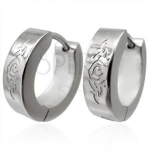 Kruhové ocelové náušnice stříbrné barvy, gravírovaný ornament