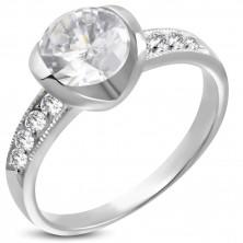 Zásnubní prsten z chirurgické oceli s velkým a osmi malými zirkony