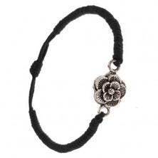 Náramok z čiernych šnúrok, husto zapletaný, patinovaný kvet