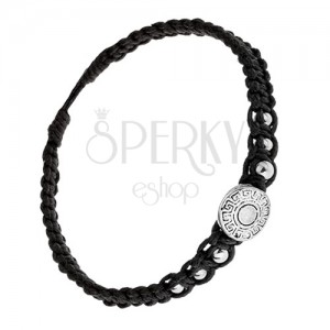 Černý náramek ze šňůrek, známka s řeckým klíčem, kuličky