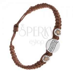 Kaštanově hnědý šňůrkový náramek, tři známky, řecký klíč, kvítky