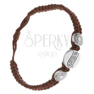 Náramek z čokoládově hnědých šňůrek, tři známky, řecký klíč a kruhy