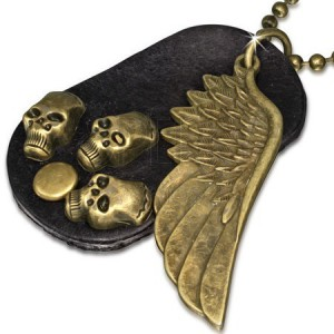 Náhrdelník - hnědá kožená oválná známka, křídlo, lebky, řetízek