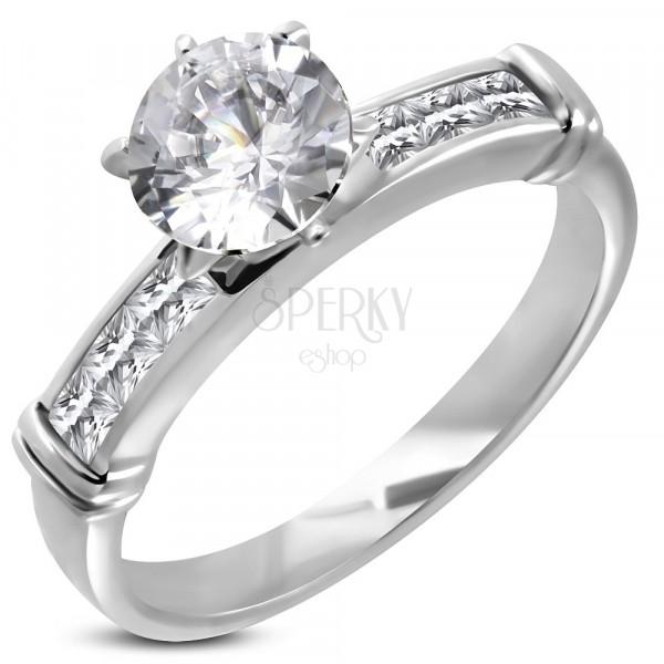 Zásnubní prsten s velkým vsazeným zirkonem, linie zirkonů v hranaté přední části