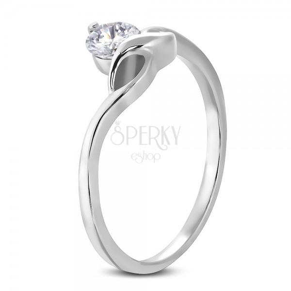 Zásnubní prsten s kulatým čirým zirkonem a jemnými vlnkami