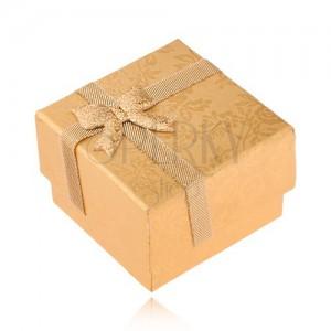 Zlatá krabička na prsten zdobená stužkou a mašlí, zlaté růže