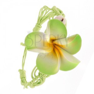Světle zelený pletený šňůrkový náramek s květinou, dvě lastury