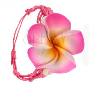 Zářivě růžový pletený náramek ze šňůrek, květ a dvě lastury
