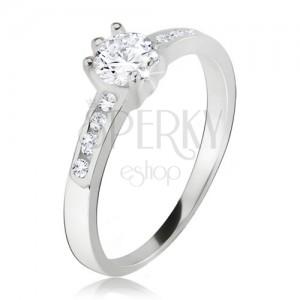 Prsten, okrouhlý čirý kamínek, malé zirkony v ramenech, ze stříbra 925