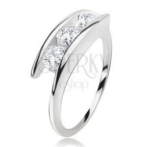 Prsten stříbro 925, tři čiré zirkony mezi rameny