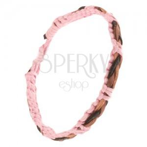 Světle růžový pletený náramek ze šňůrek, hnědo-černý kožený copánek